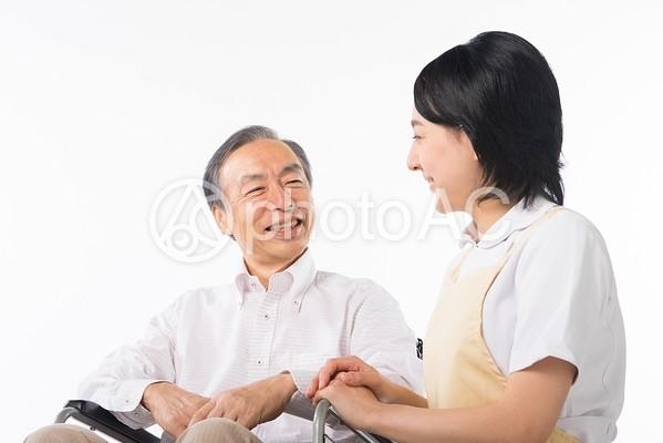 車椅子に乗った男性と看護師20の写真