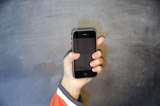 人物 生物 人間 生徒 学生 学童 学校 勉強 学び 教育 授業 クラス 教室 黒板 発表 人体 パーツ 手 腕 指 持つ 携帯電話 スマートフォン 端末 iPhone