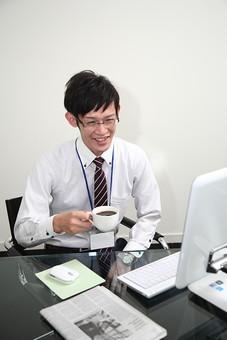 男性 ビジネスマン 営業 会社員 サラリーマン 社員 男 ビジネス コーヒー オフィス 休憩 デスク スーツ 眼鏡 めがね メガネ 笑顔 Men 男子  20代 30代 ビジネススーツ 背広 ネクタイ シャツ  室内  珈琲 コーヒータイム ひと息 一息 ブレイクタイム 事務 デスクワーク パソコン オフィスワーク オフィス内 若い 日本人 mdjm019