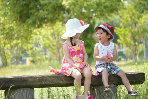 男の子 女の子 子供 子ども こども 会話 プレゼント 公園 ベンチ 座る 帽子 夏 自然 mdfk023