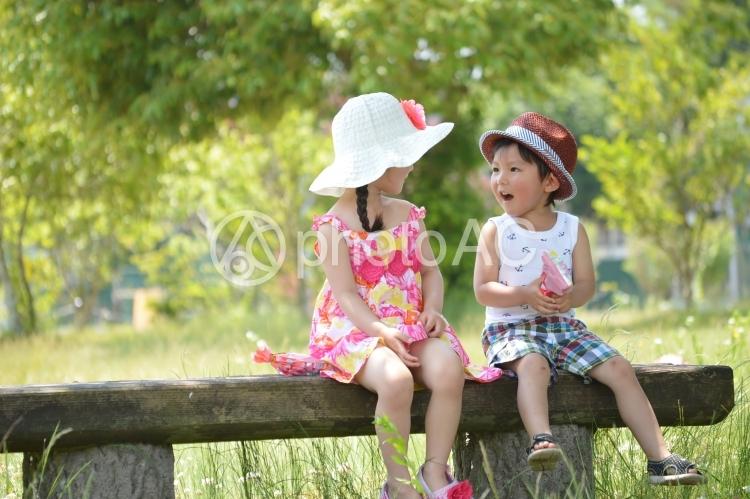 男の子と女の子の写真