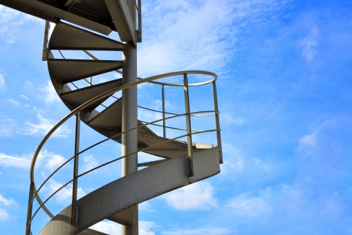 螺旋階段 らせん階段 螺旋 らせん 階段 外階段 青空 空 建物 建築物 建築 昇降 雲 青 白