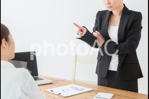 部下と喧嘩する女性の写真