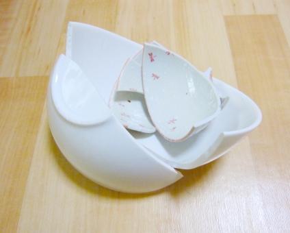 割れた瀬戸物 食器 破壊 破損 壊れ物 埋め立てゴミ 白い 壊れる 粗大ゴミ 割れ物 欠片 せともの うつわ 割れたごはん茶碗 フローリング
