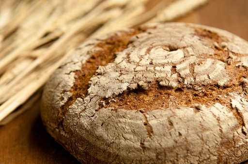 パン パン作り ブレッド フランスパン カンパーニュ 手作り パン屋 ホームメイド クッキング 天然酵母 小麦粉 強力粉 イースト菌 ドライイースト 全粒粉 生地 こねる 伸ばす 丸める 発酵 砂糖 塩 材料 並べる オーブン 焼く 天板  焼きたて 小麦 麦  アップ