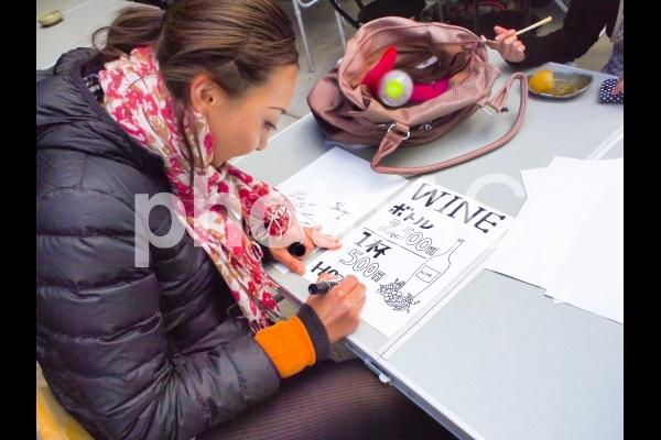POPを書く女性の写真