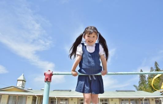 園児 子供 こども 子ども 幼稚園 保育園 春 花 お花 女の子 mdfk023 桜 入園 卒園 笑顔 笑う 嬉しい 楽しい 鉄棒 遊具 固定遊具
