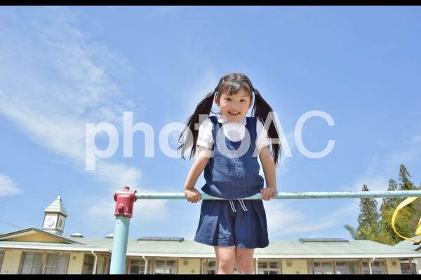 鉄棒をする子供の写真