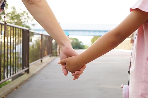 手をつなぐ4の写真