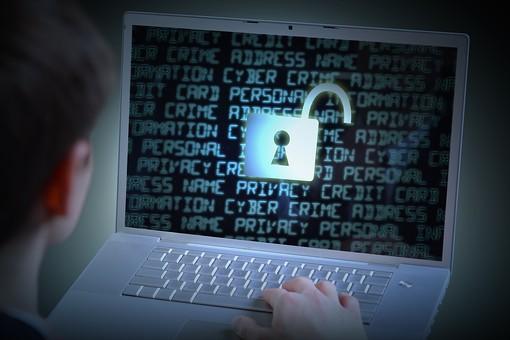 PC パソコン ノートパソコン キーボード アップ セキュリティ 安全対策 防止 漏えい 流出 プライバシー 個人情報 アクセス 不正アクセス ウイルス ネット犯罪 インターネット データ 保護 守る フィッシング ハッカー ハッキング safety パスワード 人物 サイバー攻撃 画面 文字 カギマーク 鍵マーク