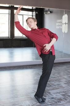 ダンス ダンサー ポーズ 体勢 姿勢 体位 ステップ 踊る 踊り 運動 スポーツ 振り付け 振付 振り 男性 男 外国人 全身 のけぞる 反る 手 片手 腕 片腕 上げる 振り向く 振り返る 背景 鏡 鏡張り ミラー スタジオ ダンススタジオ  mdfm074