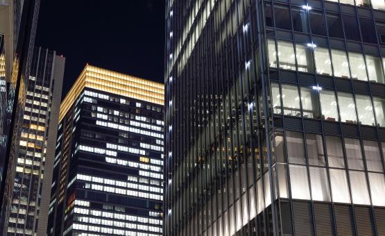 東京 東京都 千代田区 丸の内 八重洲 日本 ビル群 ビル オフィス オフィス街 ビジネス街 ビジネスマン ビジネス 商業 経済 サラリーマン 夜勤 徹夜 窓辺 明かり ライト 仕事 勤務 首都 都心 都会