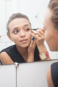 人物 女性 外国人 外人 外国人女性 外人女性 20代 化粧 メイク 鏡 ミラー 反射 映る 美容 コスメ おしゃれ オシャレ 身支度 化粧室 洗面所 屋内 室内 アイメイク 顔 アップ アイライン アイライナー mdff068