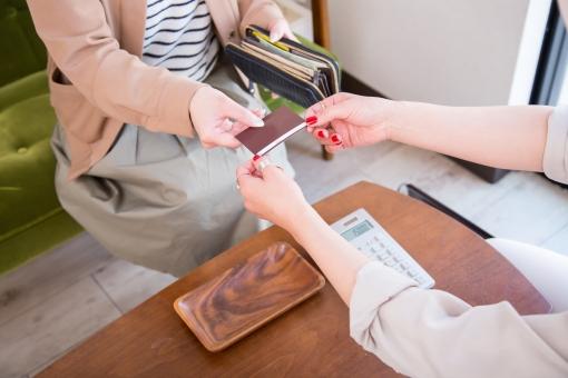 お会計をする女性の写真