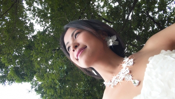 空を見上げる新婦 s7の写真