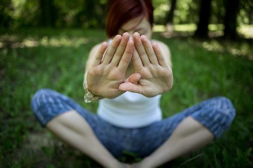 外国人 外人 女性 女 ヨガ ストレッチ エクササイズ フィットネス ストレッチ 健康 体操 温まる 痩せる 鍛える 精神 体 屋外 森 森林 木 樹木 植物 緑 集中 姿勢 ゆったり 手を伸ばす 座る  mdff020
