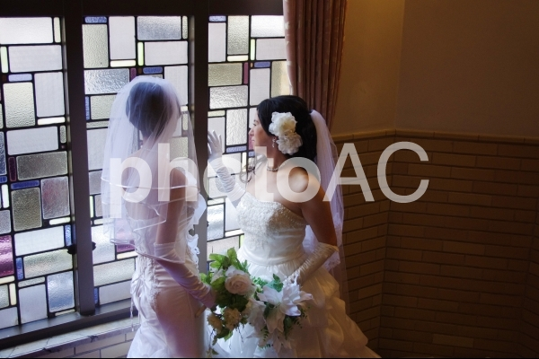 女性カップルの同性婚のイメージ写真の写真