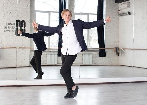 ダンス ダンサー ポーズ 体勢 姿勢 体位 ステップ 踊る 踊り 運動 スポーツ 振り付け 振付 振り 男性 男 外国人 金髪 若い 全身 両手を広げる 手を広げる 手 両手 指 親指を立てる 親指 片足を曲げる 背景 鏡 鏡張り ミラー スタジオ ダンススタジオ mdfm074
