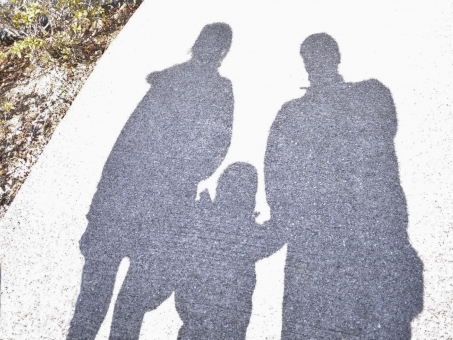 親子 おやこ 影 かげ 仲良し 光 こども 子ども 子供 寄り添う よりそう 冬 3人家族 家族 手をつなぐ つなぐ つながる つながり キズナ きずな 絆 きづな キヅナ シャドー シャドウ
