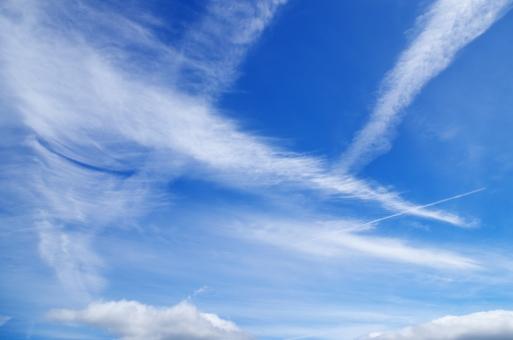 青空 空 青 白 雲 自然 風景 背景 ブルースカイ スカイ sky 初秋 秋空 秋の空 流れる雲 飛行機雲 空のみ