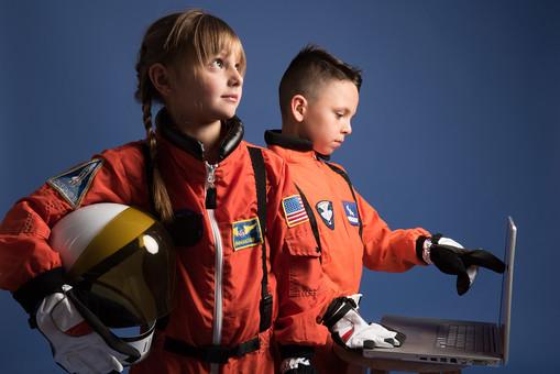 背景 ダーク ネイビー 紺 子ども こども 子供 2人 ふたり 二人 男 男児 男の子 女 女児 女の子 児童 宇宙服 宇宙 服 スペース スペースシャトル 宇宙飛行士 飛行士 オレンジ 希望 夢 将来 未来 体験 職業体験 職業 小道具 小物 ヘルメット 抱える PC パソコン 検索 調べる 調査 見上げる ポーズ 外国人  mdmk009 mdfk045