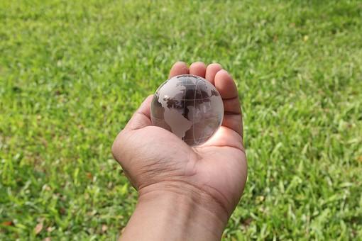 手のひらのクリスタルの地球5の写真