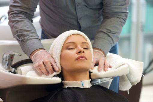 屋内 室内 モデル 外国人 人物 人 人間 大人 女性 女 10代 20代 若い ロングヘア 男性 男 2人 美容師 ヘアケア 頭 髪 美容院 ヘアサロン タオル 巻く 覆う 被る 美容 座る 美容室 mdff135