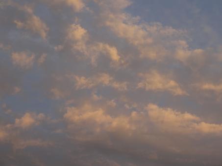 雨上がり 梅雨 梅雨空 日没 日没前 晴れ間 上空 お天気 空模様 雲の景色 夕やけ 夕焼けの空 サンセット あかく染まる 赤い 紅い 紅 赤 真っ赤 眩しい まぶしい 見上げる 天気 天気予報 見上げる 大空 反射 雲 眺める 遠い目