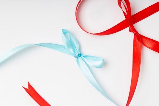 リボン 包装 ラッピング プレゼント包装 紐 結ぶ 飾る 可愛い キュート 華やか プレゼント 贈り物 ギフト ホワイトデー バレンタインデー 誕生日 バースデイ バースデー お祝い クリスマス イベント 記念日 素材   贈呈品 贈答品 贈る 赤 レッド 水色 青 ブルー 白背景 雑貨 蝶結び