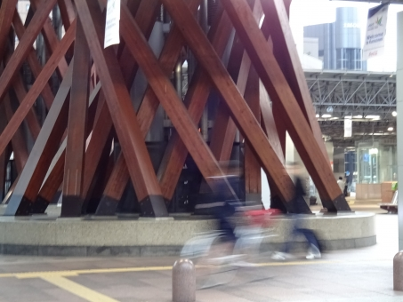 北陸 北陸新幹線 金沢 つづみ門 鼓門 朝 走る 疾走 ランニング ランナー 駆け抜ける 急ぐ 背景 素材 壁紙 テクスチャ テクスチャー