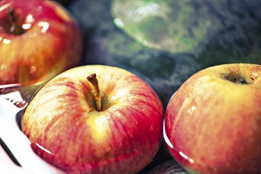 食べ物 静物 スケッチ 練習 フルーツ 果物 すっぱい 甘い 酸味 黄色 赤 緑 たくさん デザート フレッシュ 可愛い みずみずしい 新鮮 おいしい 市場 かご 陳列 りんご スイカ 冷やす 浮かべる 水 氷 夏 パックジュース 祭り