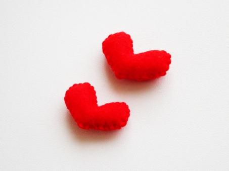 ラブ Love ハート heart 愛 愛情 恋 恋愛 告白 カップル バレンタイン プレゼント 二個 ふたつ 可愛い 赤 斜め 小物 雑貨 インテリア ハンドメイド 好き 大好き 心 フエルト フェルト エネルギー ありがとう ときめき 手作り