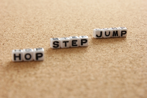 ホップ ステップ ジャンプ hop step jump HOP STEP JUMP HOPSTEPJUMP ステップアップ UP アップ スキルアップ レベルアップ 段階 段数 三段跳び 三段 飛躍 成長 伸びる 向上 背景 素材 背景素材 壁紙 ビジネス 学習 勉強