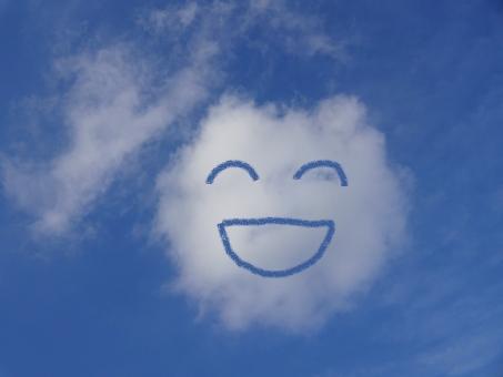 自然 環境 気象 天気 晴れ 天候 季節 初夏の空 笑う 笑顔 壁紙 景色 風景 背景 うれしい 楽しい顔 青空 空 雲 白雲 くも スカイ 楽しい 気分 笑い顔 ブルースカイ いたずら 悪戯 似顔絵 落書き 素材