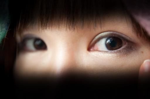 視線 目 女性 人物 日本人 メイク アイメイク アイシャドー 顔 アップ バック 黒 コピースペース 二重 マクロ 撮影 モデル 女の子 見る 見つめる 化粧 ぱっちり 鏡 かがみ 瞳 前髪 背景 コピー スペース ポートレート