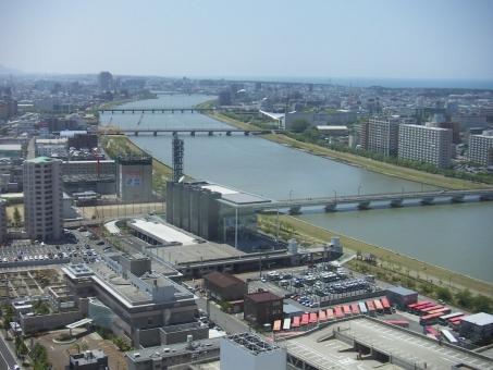 信濃川 レインボータワー 日本海 ビュー 新潟 橋 新潟市 川 街並み 風景 海