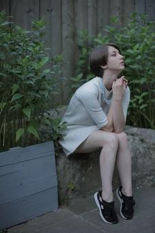 人物 女性 モデル 若い 20代  外国人 外人 外国人女性 外人女性 ポーズ  ポートレート ファッション ショートヘア ショートカット 屋外  外 着こなし コーディネート おしゃれ ワンピース 庭 植物 全身 ポージング 横向き 座る 横顔 ポージング mdff078