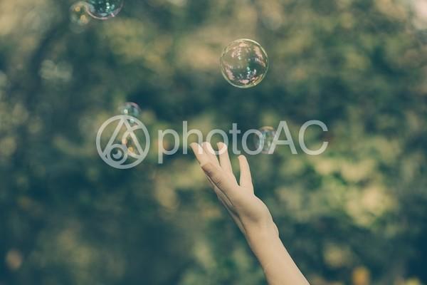 しゃぼん玉と手7の写真