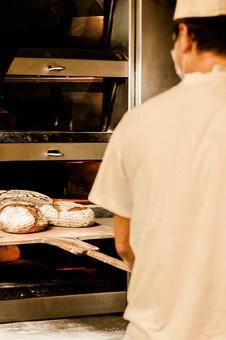 パン パン作り ブレッド フランスパン カンパーニュ 手作り パン屋 ホームメイド クッキング 天然酵母 小麦粉 強力粉 イースト菌 ドライイースト 全粒粉 生地 こねる 伸ばす 丸める 発酵 砂糖 塩 材料 並べる オーブン 焼く 天板 シェフ 高温 職人 パン職人