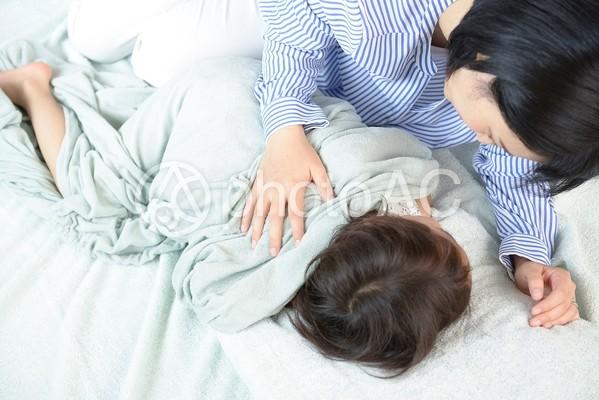 母と子 お昼寝4の写真