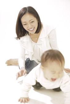 親子 母子 親 おや 母 母親 ママ マザー 子ども 子供 子 赤ちゃん 赤ん坊 乳児 幼児 ベイビー 絆 笑顔 笑う 女性 女 人物 触れ合い ふれあい 室内 部屋 座る ハイハイ 全身 日本人 mdfk008 mdjf016