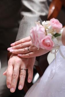 指輪 結婚指輪 ブライダルリング ウエディングリング ブライダル ウエディング 結婚式 婚約 結婚 マリッジリング 挙式 花飾り 二人 手を合わせる 新郎新婦 花嫁 イメージ 素材