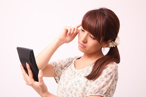 人 人間 人物 人物写真 ポートレート ポートレイト 女性 女 女の人 若い女性 女子 レディー 日本人 茶髪 ブラウンヘア セミロングヘア  白色 白背景 白バック ホワイトバック  手 指 ポーズ  手のポーズ  ポニーテール 横顔 指 電卓 計算機 悩む 勘定 経理 mdfj012