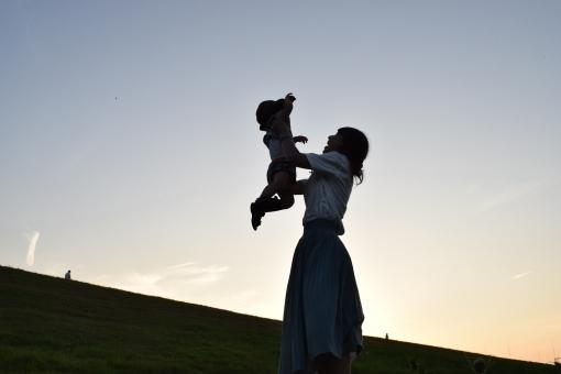シルエット 親子 夕陽 夕日 夕方 夕暮 夕暮れ 逆光 影 シャドー シャドウ 抱っこ ハグ 愛情 愛 大好き ママ 母子 母親 母 女性 ハット 夏 夏の終わり 夏空 子供 こども 子ども