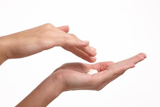 人物 女性 女性の手 手 指先 両手 アップ パーツモデル パーツ 手の表情 スタジオ 白バック 白背景 美容 健康 ビューティー 化粧 化粧品  基礎化粧 クリーム 美容クリーム お手入れ スキンケア ハンドケア マッサージ 手のひら 掌 美容クリーム アンチエイジング ポーズ 仕草