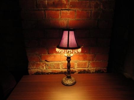 ランプ 暗い 夜 部屋 明かり 照明 間接照明 間接 レンガ レトロ 大正 明治 洋館 洋室 照らす 怪しい 妖しい 占い 不気味 怖い 闇 影