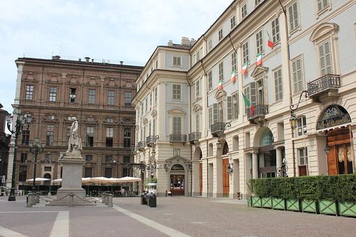 イタリア ヨーロッパ 海外 広場 彫刻 建物 建築 昼間 昼時 昼 街並み 空 晴れ 国旗 伊 石造 街灯 ランプ 観光 観光地 葉 葉っぱ 植え込み バルコニー 窓