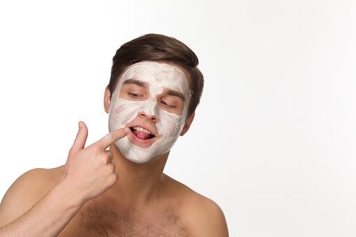 美容 エステ ビューティー 外国人 男性 メンズ 大人 1人 20代 30代 若い 若者 ミドル 中年  肌 裸  顔   白バック 白背景 スキンケア 美肌 パック フェイスパック 塗る おどける 舐める 人差し指 屋内   メンズエステ mdfm038