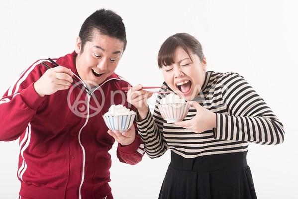 ご飯を食べる男女1の写真