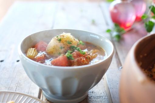 野菜スープ スープ ポタージュ シチュー 野菜 じゃがいも ジャガイモ にんじん ニンジン クミン パセリ ヤングコーン 温かい食べ物 soup 食卓 ダイニングテーブル